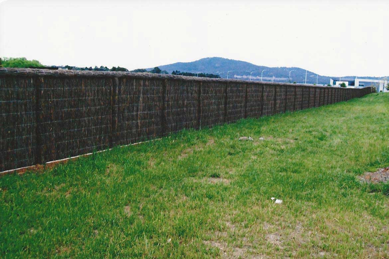 malleluca-fence-with-grass-length